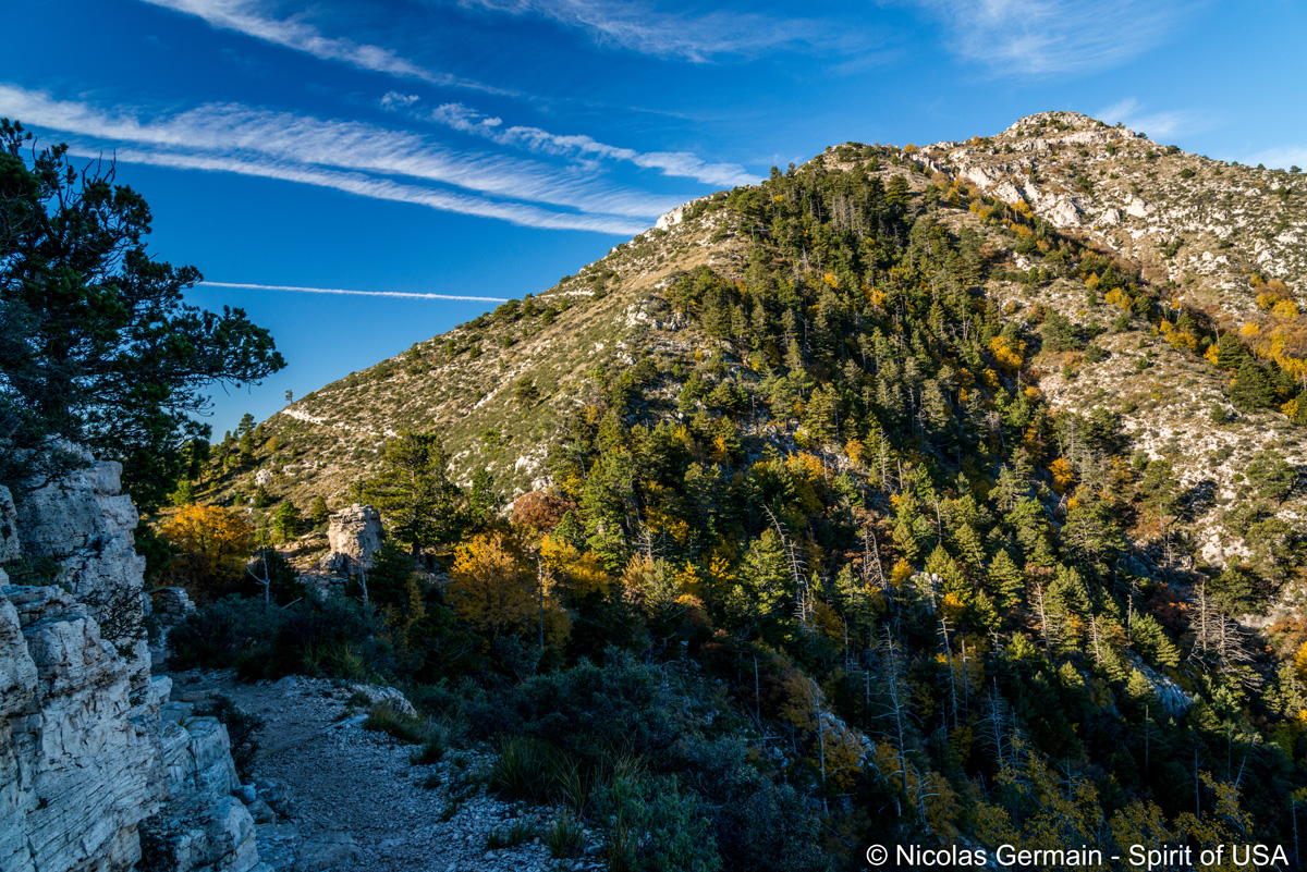 Guadalupe Peak (à droite) vu du sentier de randonnée, Guadalupe Mountains