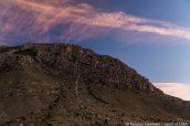 Heure bleue sur des montagnes de Guadalupe Mountains vues du parking de Pine Springs Campground