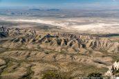 Dunes et étendues de sel au pied des Guadalupe Mountains