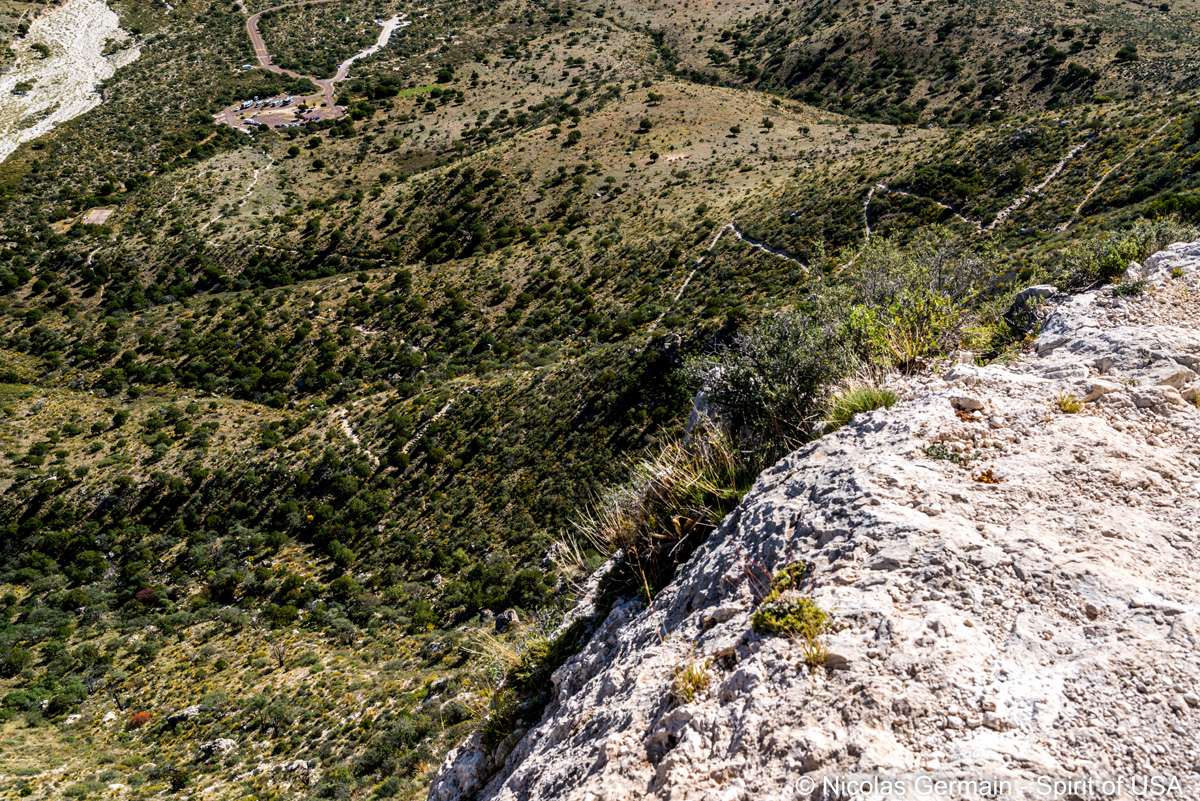 Sentier en lacets de Guadalupe Peak Trail et parking du point de départ, Guadalupe Mountains
