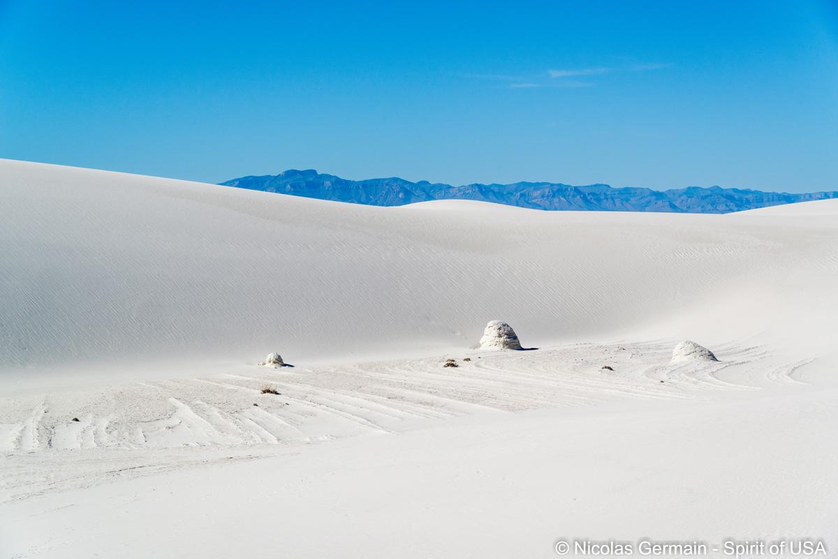 Petites formations de gypse au milieu des dunes de White Sands