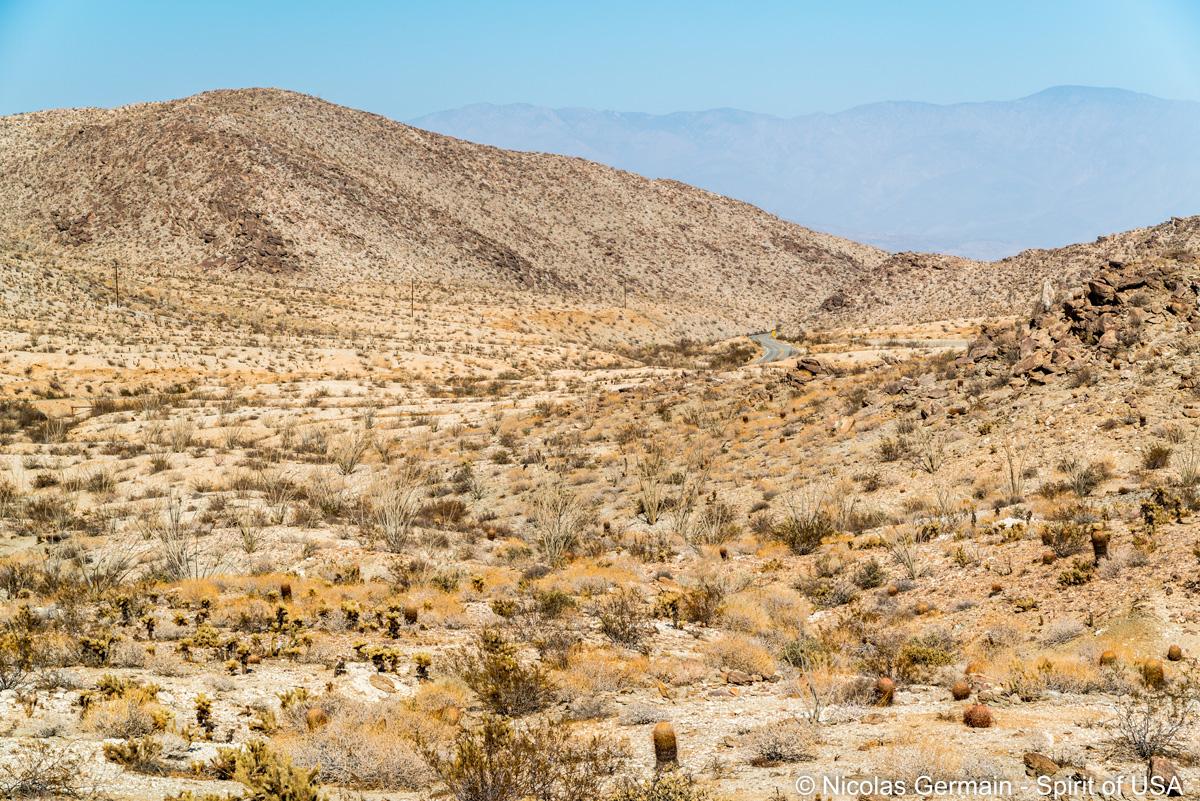Route passant au milieu du paysage désertique d'Anza Borrego au niveau de Yaqui Pass