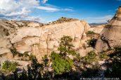Une visiteuse admire le paysage de Kasha Katuwe Tent Rocks