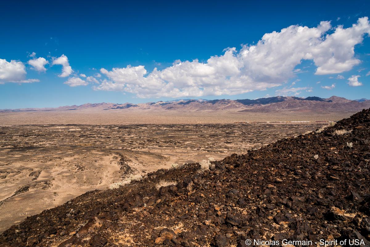 Vue sur le désert du sommet d'Amboy Crater, Californie