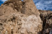 Une petite cave se cache dans l'un des tufs du Middle Group de Trona Pinnacles