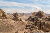 Petit chemin de randonnée au milieu des tufs de Trona Pinnacles