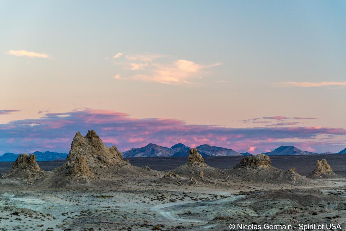 Fin de coucher de soleil sur quelques tufs de Trona Pinnacles
