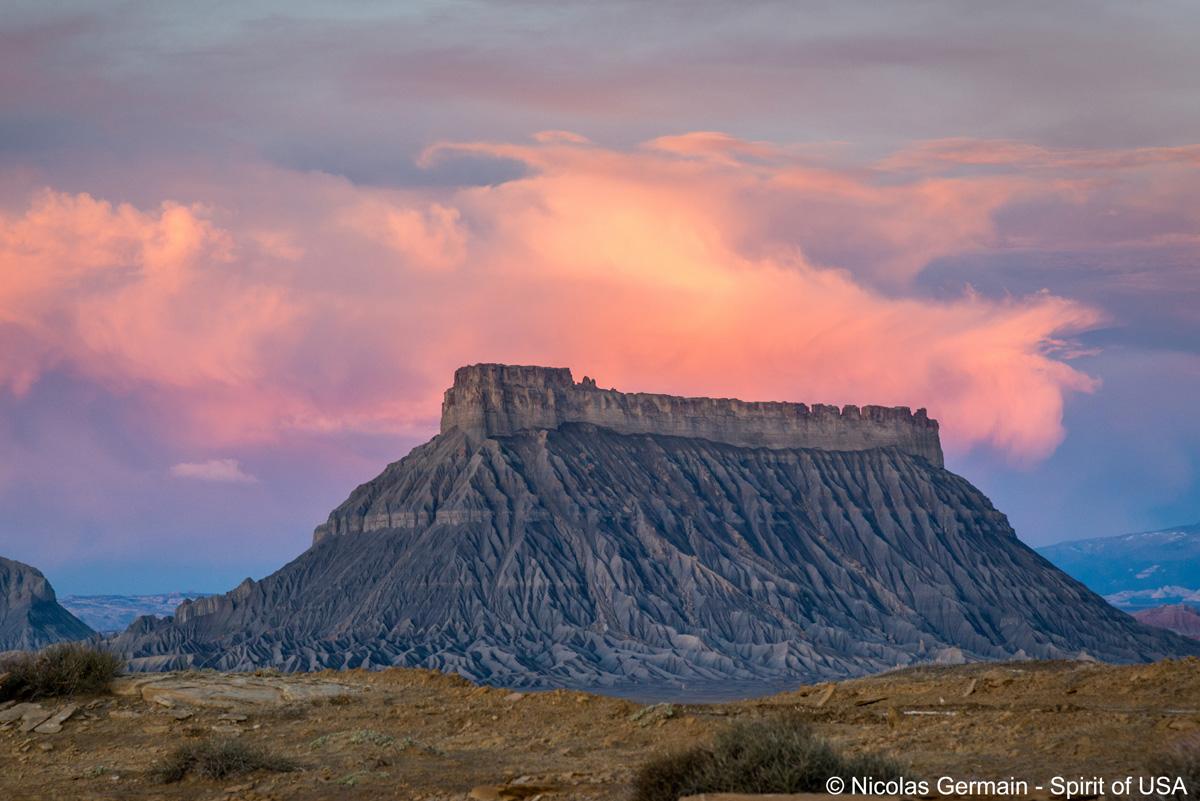 Factory Butte au lever du soleil, Utah