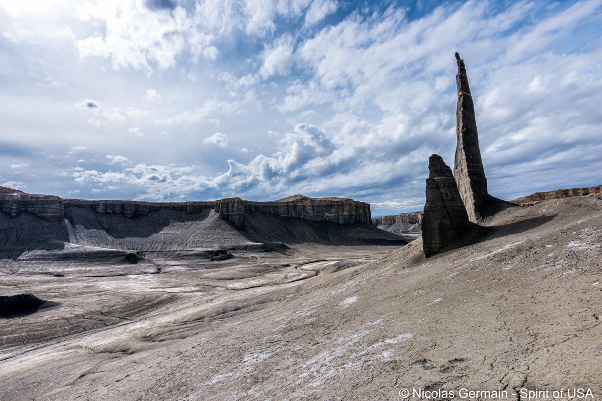 Long Dong Silver trône au milieu des badlands et mesas de Caineville, Utah