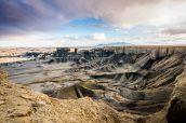 Après la tempête, un ciel de traîne coloré plane au-dessus des badlands de Moonscape Overlook près de Caineville, Utah