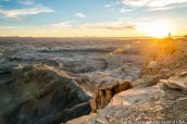 Un photographe au bord de la falaise à Moonscape Overlook au lever du soleil, Utah