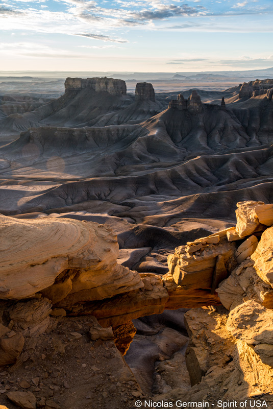Le soleil se lève sur les badlands de Moonscape Overlook