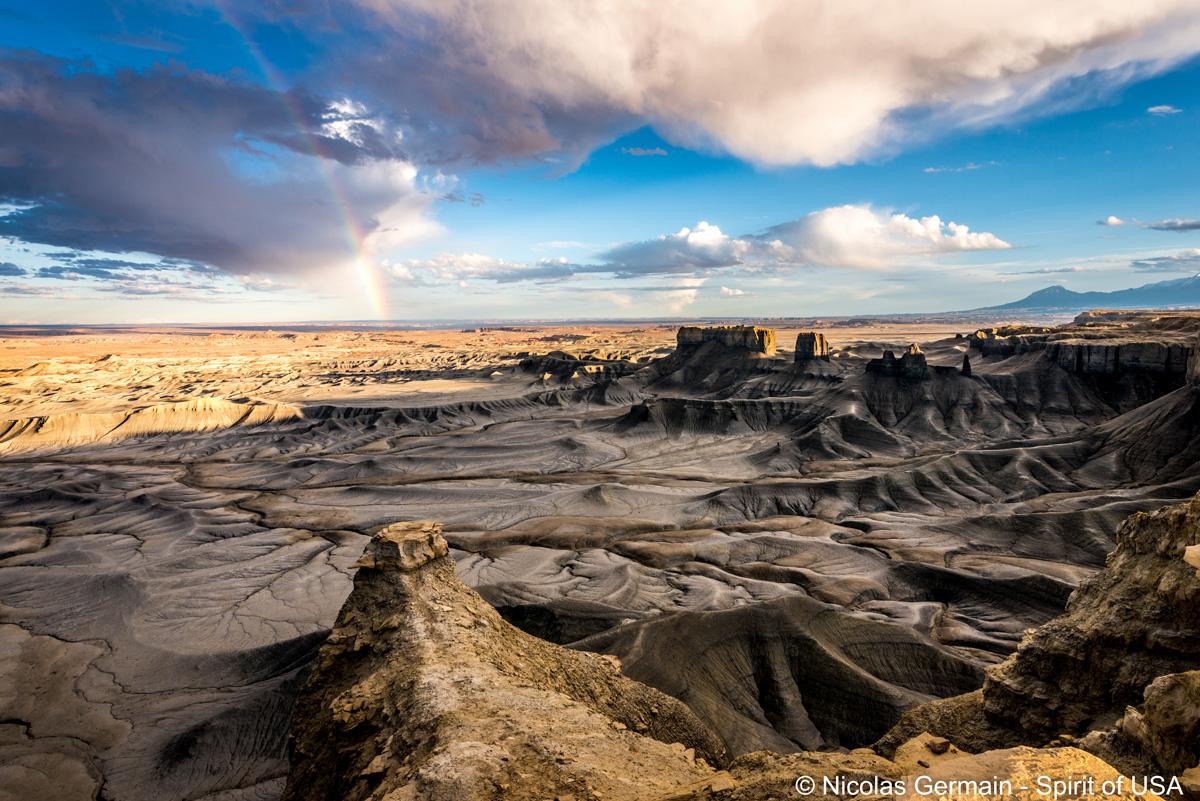 Panorama de fin d'après-midi à Moonscape Overlook près de Caineville, Utah