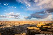 Un arc-en-ciel au-dessus des étendues de badlands vues de Moonscape Overlook, Utah