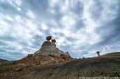 Temps couvert sur Burnham Badlands et l'un de ses rochers en équilibre
