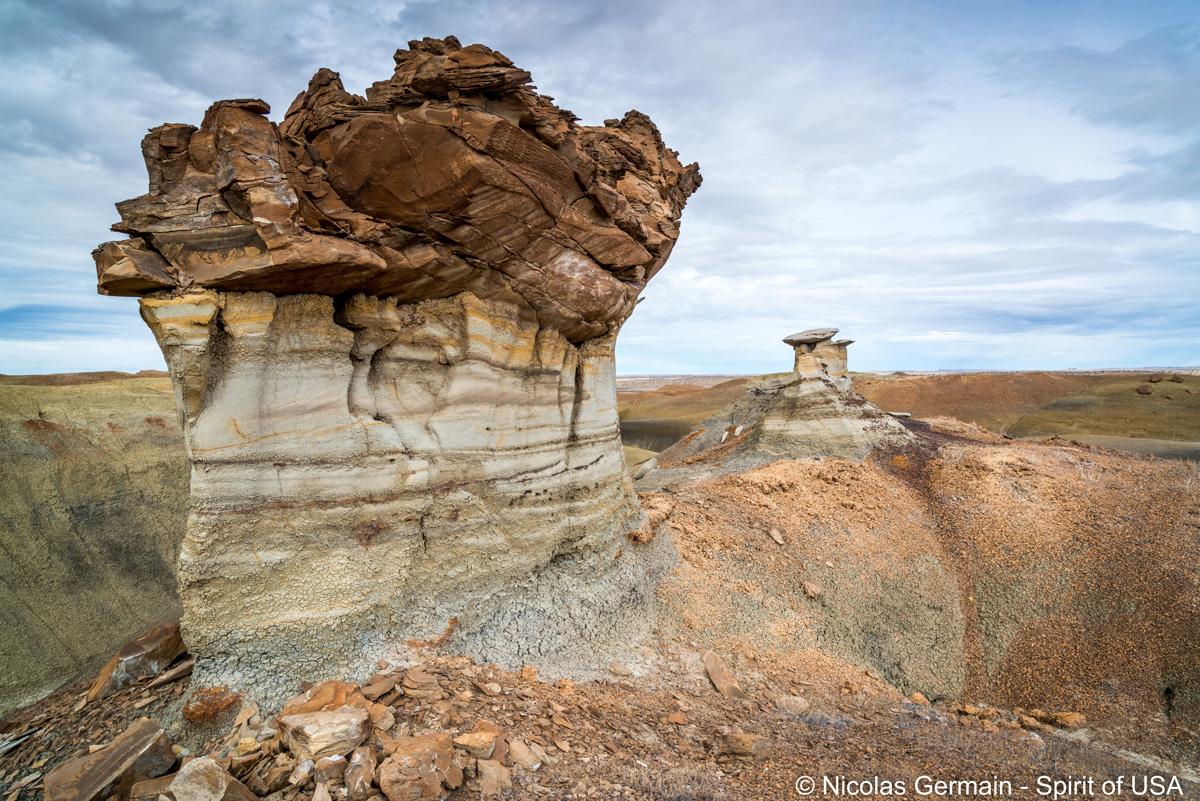 Un hoodoo très massif au sommet d'une colline de Burnham Badlands, Nouveau-Mexique