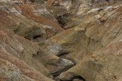 Un petit canyon menant à un groupe de hoodoos dans Burnham Badlands