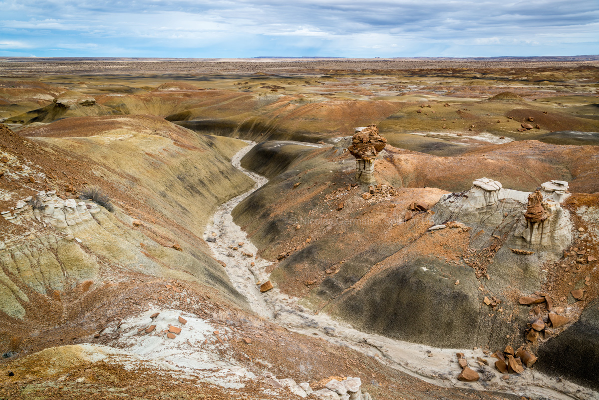 Un gros hoodoo trône au sommet d'une petite colline de Burnham Badlands, New Mexico