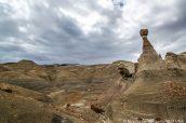 Un hoodoo et un rocher ressemblant à un visage de sorcière, Burnham Badlands