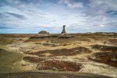 Petit monticule isolé et hoodoo abritant un nid d'aigle dans Burnham Badlands, New Mexico