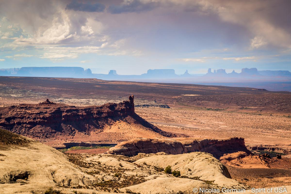 Un point de vue du côté de la San Juan River et Monument Valley en arrière-plan