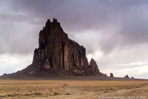 Shiprock, mystérieux et inquiétant, dans le nord-ouest du Nouveau-Mexique