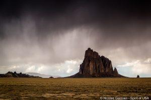 Shiprock sous un ciel apocalyptique, New Mexico