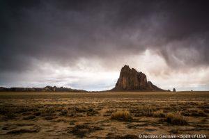 La tempête arrive au-dessus de Shiprock, Nouveau-Mexique
