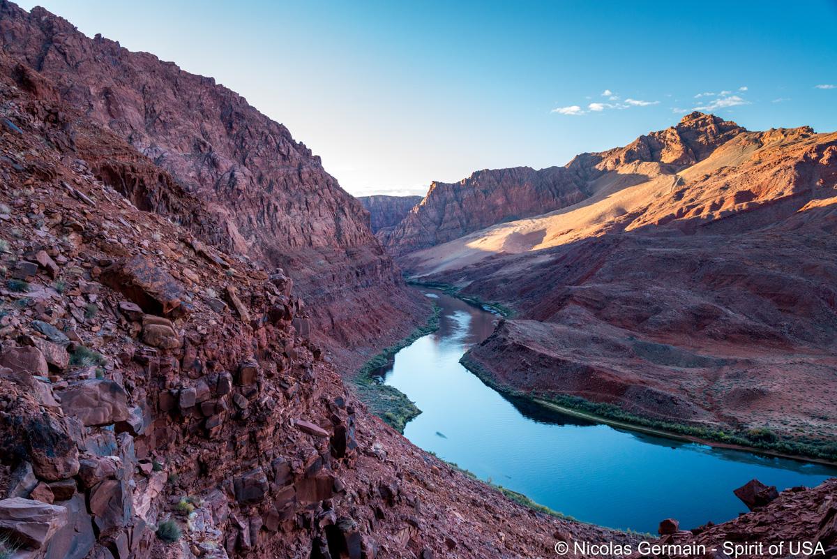Le Colorado s'engouffre entre les parois de Glen Canyon à Lees Ferry