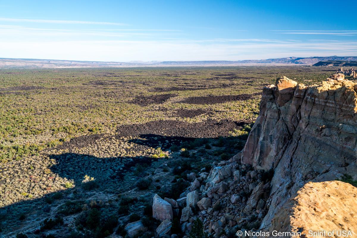 Panorama sur les champs de lave d'El Malpais vu de Sandstone Bluffs Overlook