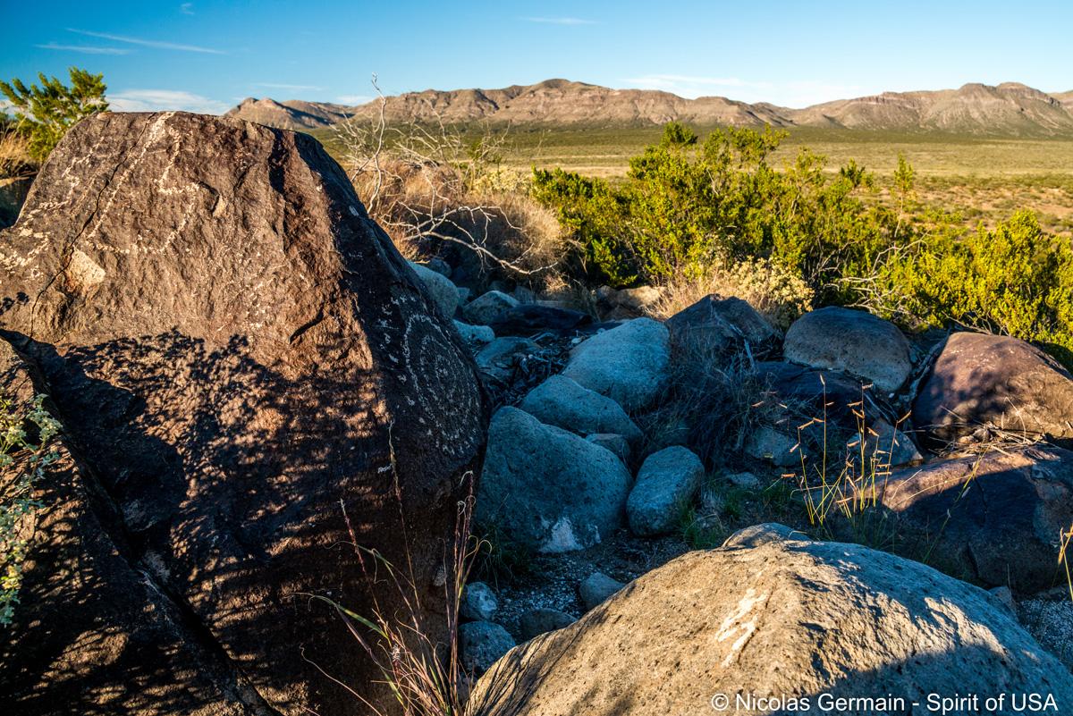 Pétroglyphes de Three Rivers et Sierra Blanca en arrière-plan