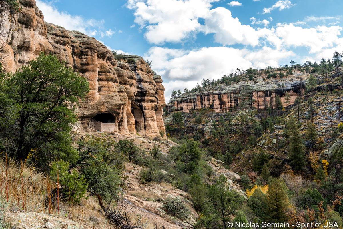 Point de vue donnant sur les ruines de Gila Cliffs Dwelling et son petit canyon