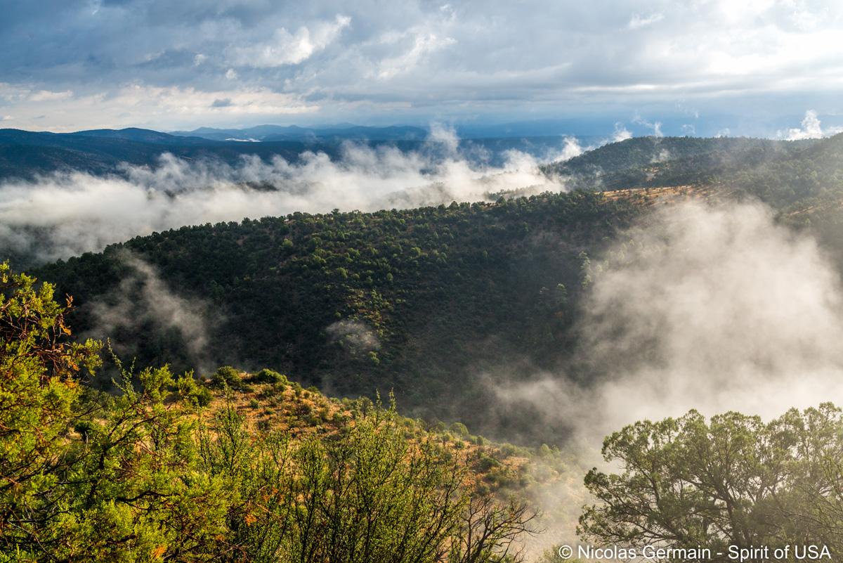 Nuages accrochés aux montagnes sur la route vers Gila Cliffs Dwelling