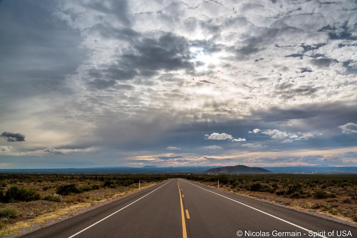 Routre entre Organ Mountains et Las Cruces sous un ciel d'orage
