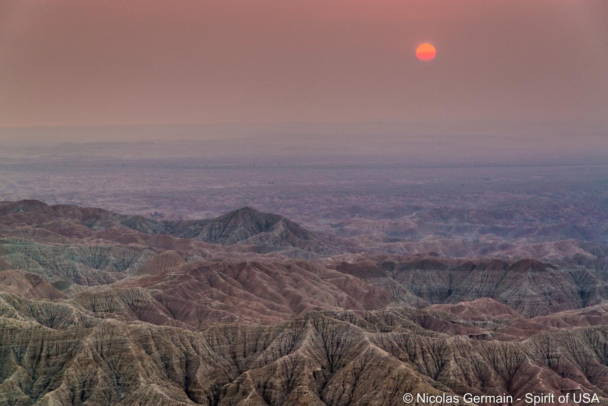 Lever de soleil à Fonts Point, Anza Borrego, sous une couhe de particules due aux incendies autour de Los Angeles