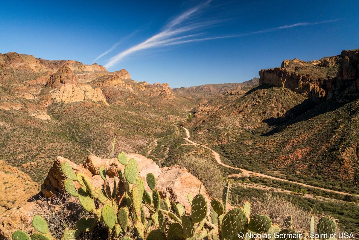 Vue sur l'Apache Trail au milieu des Superstition Mountains