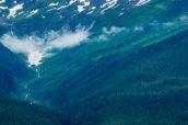 Les montagnes enneigées entourent Tracy Arm, Alaska