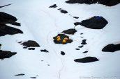 Des campeurs au milieu du champ de glace Harding Icefield, Alaska