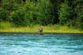 Un pêcheur dans une rivière de la péninsule Kenai près de Soldotna, Alaska