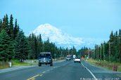 Une route de la péninsule Kenai et vue sur le Mont Redoubt, de l'autre côté du Golfe de Cook, Alaska