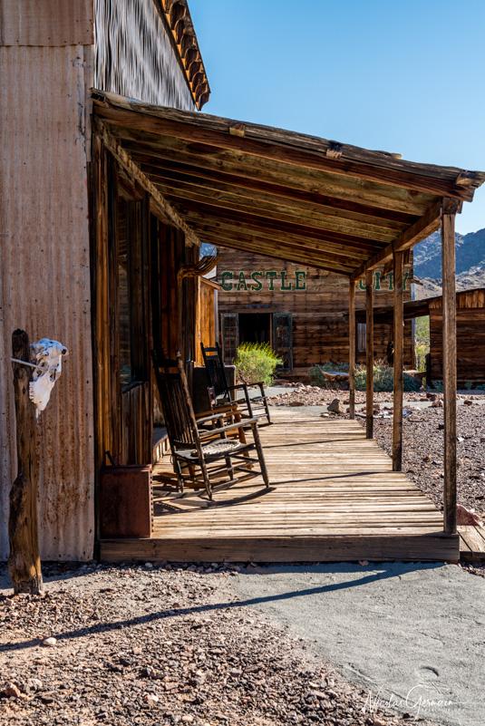 Extérieur et patio d'un bâtiment avec ses rocking chairs à Castle Dome, Kofa National Wildlife Refuge