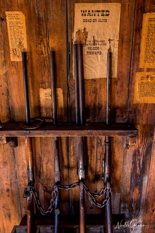 Fusils et avis de recherche dans le bureau du shériff à Castle Dome, Kofa National Wildlife Refuge
