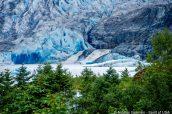 Cascades s'écoulant de Mendenhall Glacier, Alaska