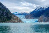 Un bateau s'apprête à passer devant North Sawyer Glacier, Alaska
