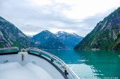 Vue sur le fjord et l'eau émeraude de Tracy Arm du petit bateau de croisière