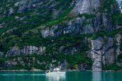 Un autre bateau navigue sur les eaux de Tracy Arm, Alaska