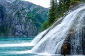 Deux chutes d'eau dans le fjord Tracy Arm, Alaska