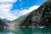 Des chutes d'eau dévalent les pentes rocheuses du fjord Tracy Arm, Alaska
