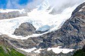 Montagnes enneigées sur les hauteurs de Tracy Arm, Alaska