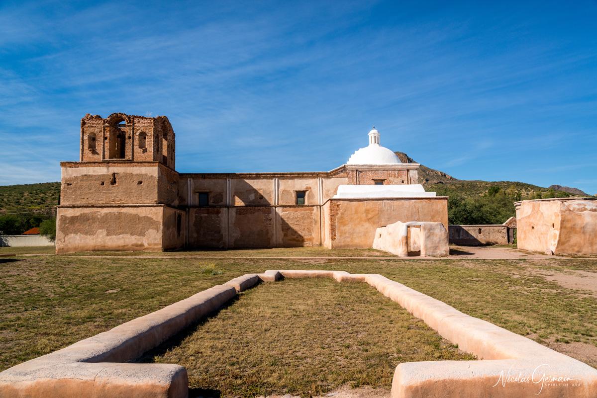 Vue de profil de la Mission San Jose de Tumacacori et sa coupole